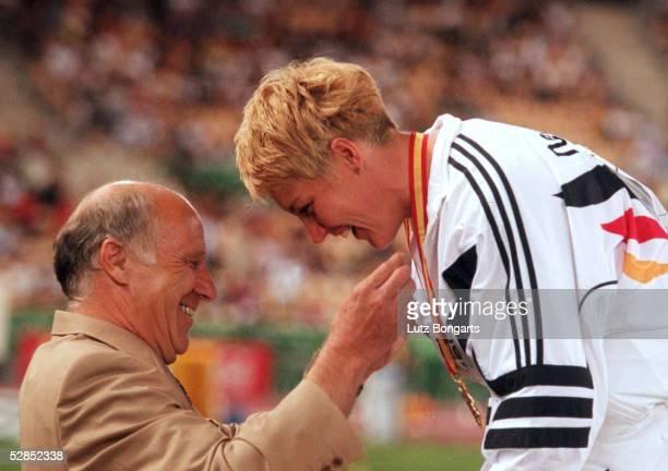 WM 1999 in Sevilla DLV Praesident Norbert DIGEL ueberreicht Astrid KUMBERNUSS/GER die GOLD Medaille