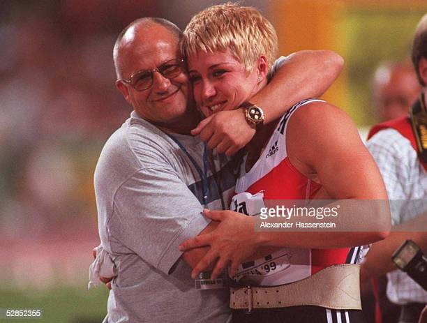 WM 1999 in Sevilla GOLD fuer Astrid KUMBERNUSS/GER Kugelstossen/Frauen lks Trainer und Ehemann Dieter KOLLARK