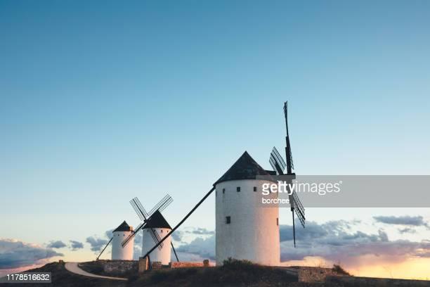 em moinhos de vento de spain - alcazar de san juan - fotografias e filmes do acervo