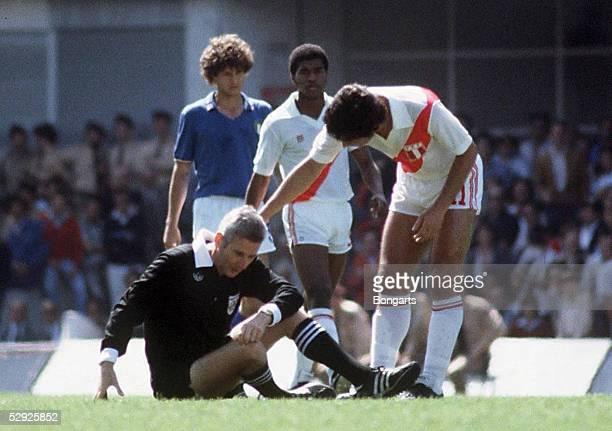 WM 1982 in Spanien ITALIEN PERU SCHIEDSRICHTER Walter ESCHWEILER nach dem Zusammenstoss mit einem Spieler