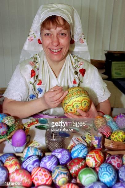 In Spreewald-Tracht gestaltet Gundula Schwarz am 26.2.1999 auf der Berliner Ostereierbörse mit der Wachstechnik, einer sorbischen Tradition, ein...