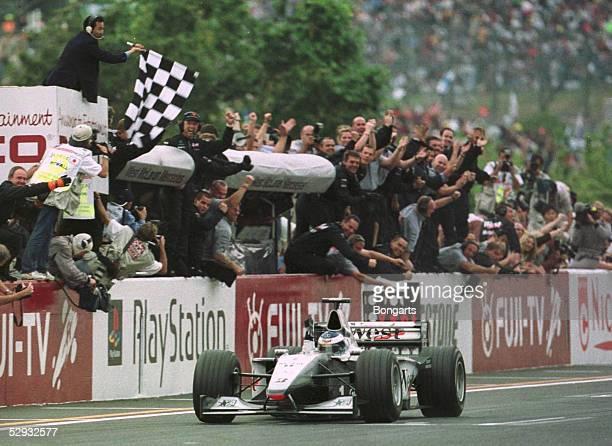 JAPAN 1999 in SUZUKA Rennen Mika HAEKKINEN/FIN McLaren Mercedes im Ziel Jubel Team