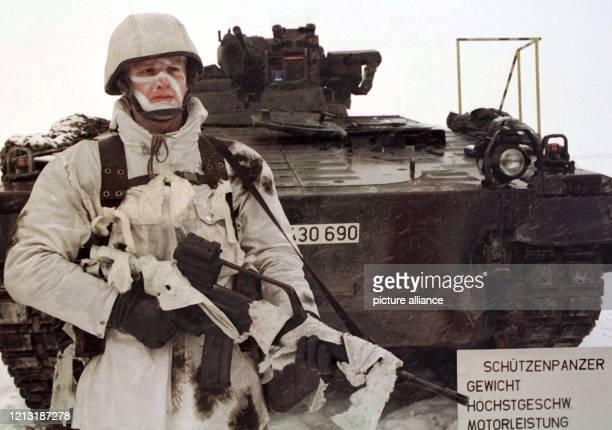 In Tarnkleidung steht der Panzergrenadier Kai Glasbach am 10.2.1999 während eines Pressetermins auf dem Truppenübungsplatz Sennelager in Augustdorf...