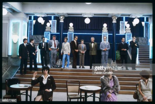 In the background, from left to right: unknown actor, Olivie Loiseau, Aziz Arbia, Regis Bouquet, Christophe Allwright, two unknown actors,...