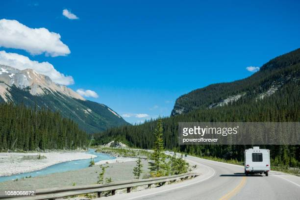 rv in de canadese rocky mountains nationaal park banff, alberta, canada - canadian rockies stockfoto's en -beelden