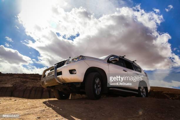 砂漠の suv - トヨタ自動車 ストックフォトと画像