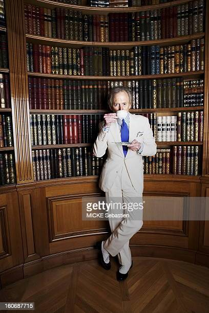 In the English lounge of the hotel George V in Paris attitude of the writer Tom Wolfe's drinking the front of a library