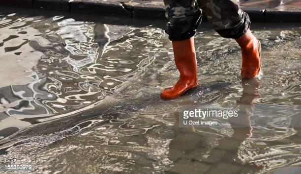 inondation de l'eau - bottes photos et images de collection