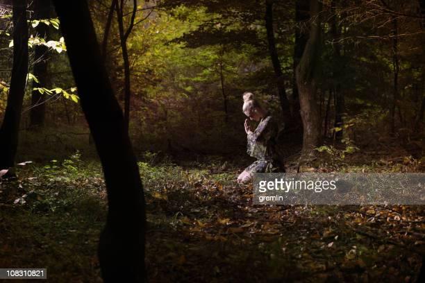 na floresta - mulher orando de joelhos imagens e fotografias de stock