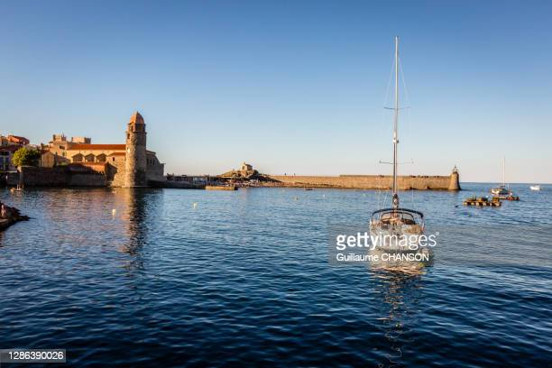 in the middle of the port of collioure. - collioure photos et images de collection
