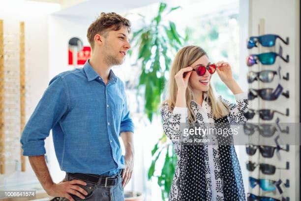en la tienda de óptica - eyesight fotografías e imágenes de stock