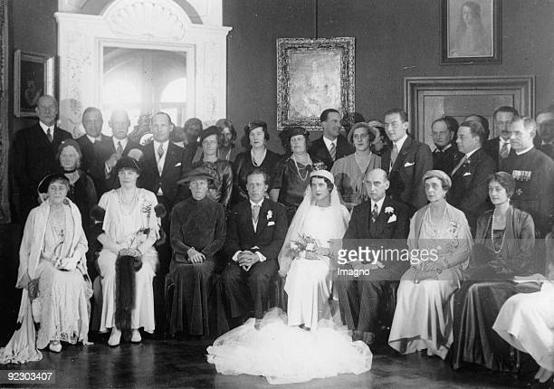 In the palace chapel of the ancestral seat Torring in Seefeld near Munich the marriage of earl Theodor zu TorringJettenbach with princess Elisabeth...