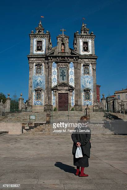 In the photograph, an old woman with a pose of meditation, see the Church of San Ildefonso, bordering Avenida Santa Catarina.