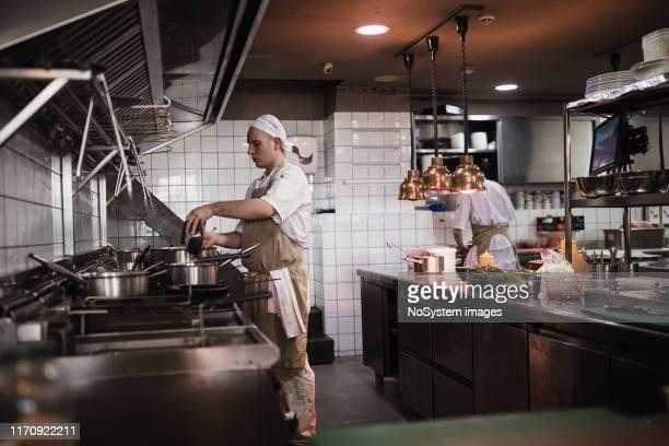 レストランのキッチンで - ファーストフード ストックフォトと画像