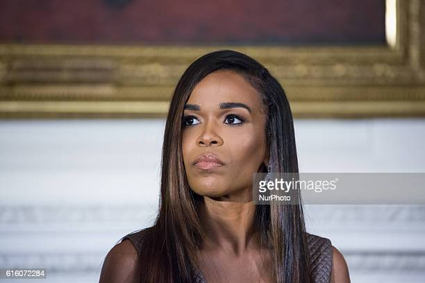 In the State Dining Room of the White House in Washington DC USA on 21 October 2016 singer Michelle Williams listens to Grammy Museum Executive...