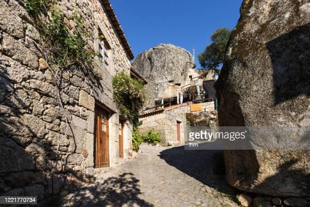 in the streets of monsanto (idanha-a-nova), portugal - 石造りの家 ストックフォトと画像