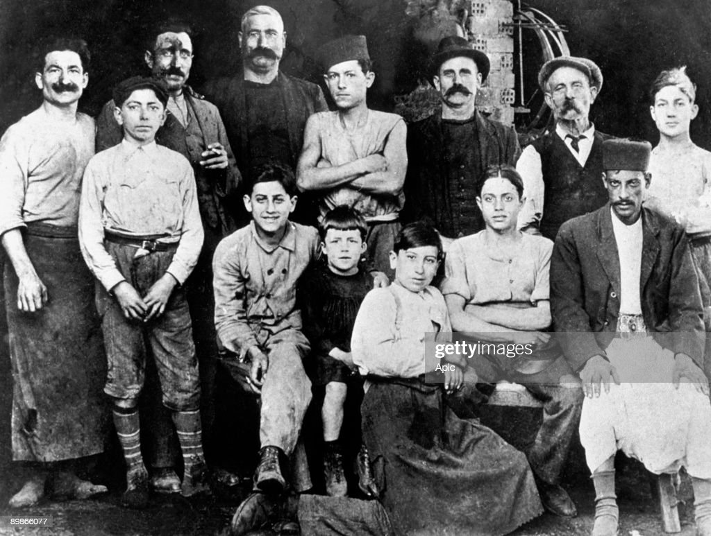 In the workshop of Camus' uncle (Etienne, cooper) in Algiers in 1920 : Albert Camus (7 years old) is in the c with black suit : Fotografía de noticias