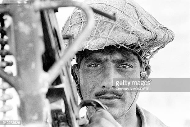 In their fortified camp Pakistani soldiers await the attack of Indian paratroopers