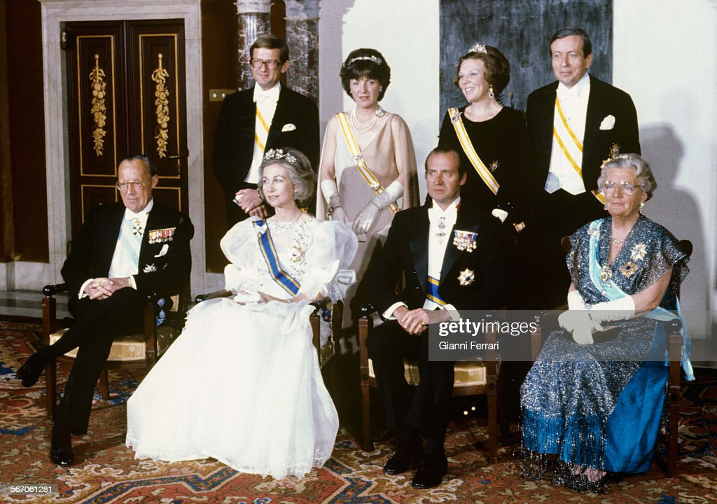 In their official trip to Holland the Spanish King Juan Carlos of Borbon and Sofia of Greece with the Dutch Queen Juliana with her husband Bernardo (first row) and the Crown Princess Beatrix and her husband Claus (back, right) before a gala dinner, 1980, Amsterdam, Netherlands. (Photo by Gianni Ferrari/Cover/Getty Images).