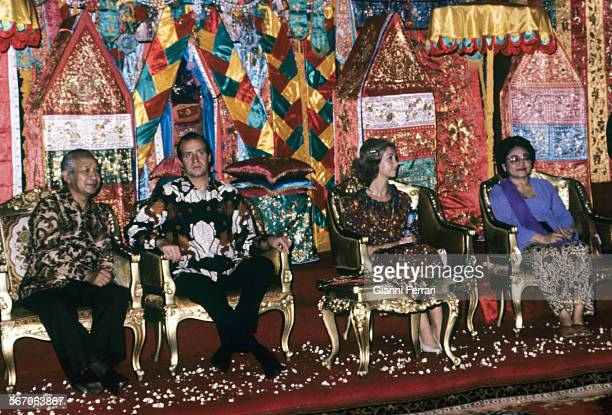 In their official trip to Indonesia the Spanish Kings Juan Carlos of Borbon and Sofia in the throne room with Indonesian President Suharto and wife...
