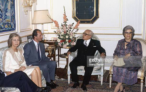 In their official trip to the Tunisia the Spanish Kings Juan Carlos of Borbon and Sofia during a meeting with the President Habib Burguiba and wife,...