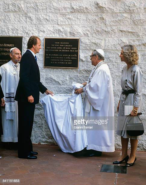 In their official trip to the United States the Spanish Kings Juan Carlos of Borbon and Sofia of Greece visit the Synagogue Tifereth Israel in Los...
