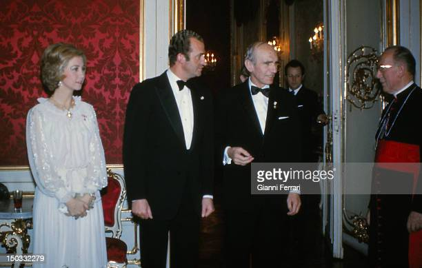 In their official visit to Austria the Spanish Kings Juan Carlos and Sofia with the Austrian President Rudolf Kirchschlager before a gala dinner 14th...