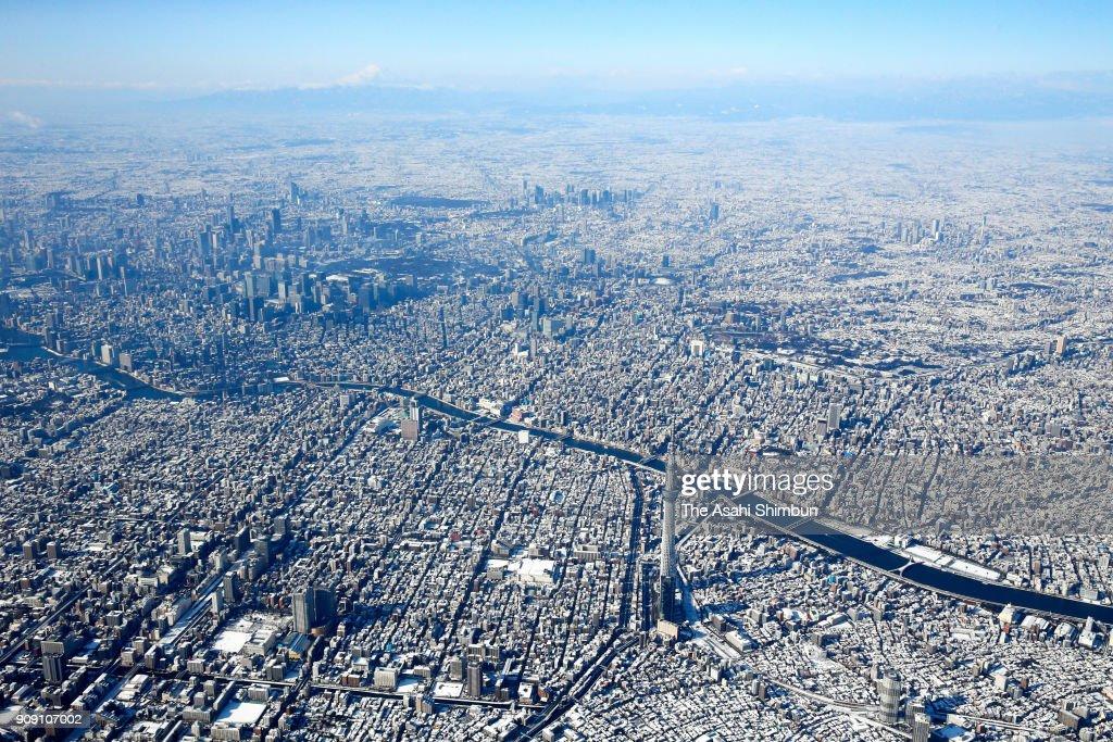 Central Tokyo Experiences Heavy Snowfall