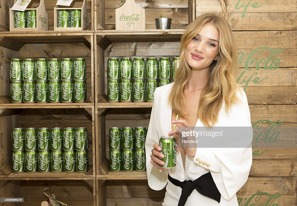 Rosie Huntington-Whitely Launches Coca-Cola Life : Foto di attualità