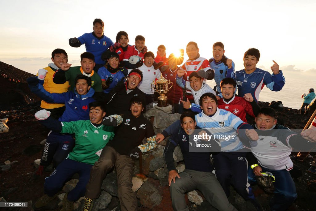 Webb Ellis Cup Displayed On Summit Of Mt Fuji : Photo d'actualité