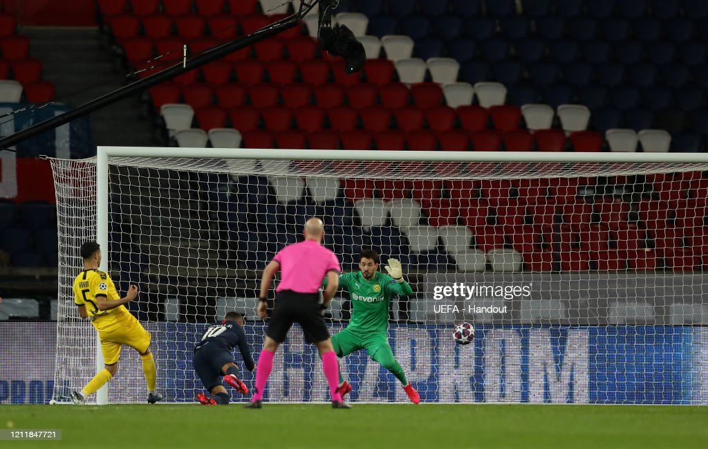 Paris Saint-Germain v Borussia Dortmund - UEFA Champions League Round of 16: Second Leg : News Photo