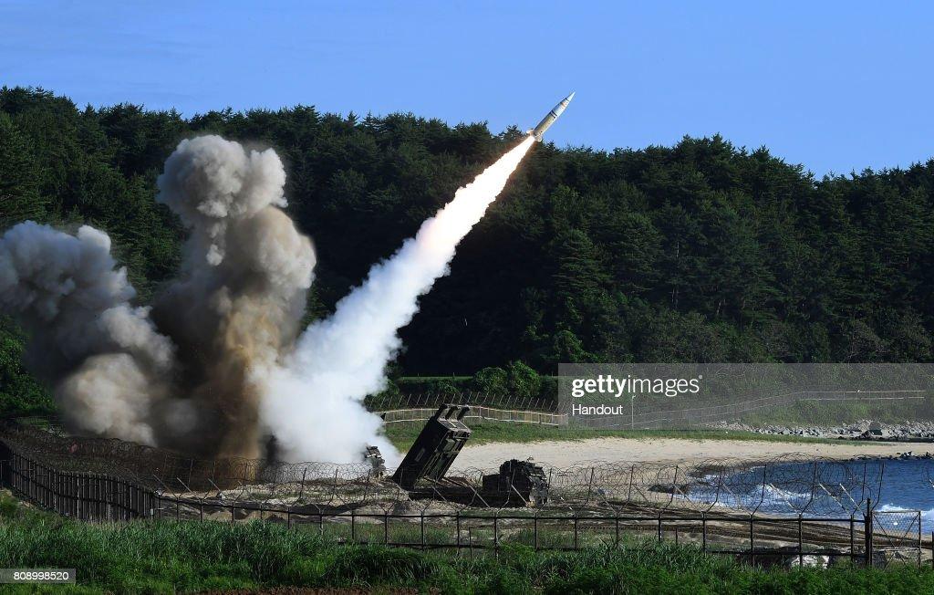 U.S. And South Korean Military Launch Missile Ballistic Exercise : Foto di attualità