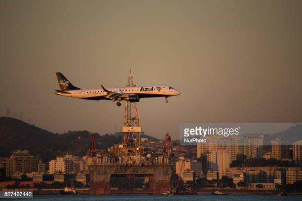 In this image Azul's airplane overflys the waters of Guanabara Bay and passes in front of the petroleum platform anchored in the vicinity of Santos...