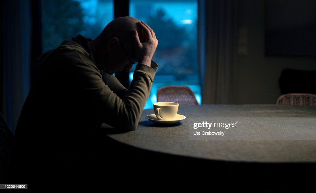 Man sitting alone at his kitchen table : News Photo