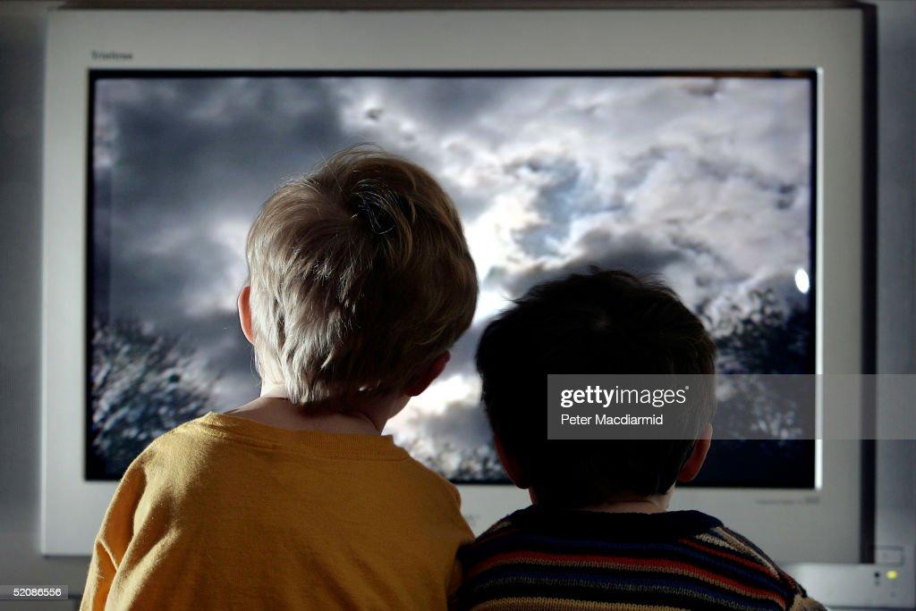 Children Watch Television At Home : Fotografia de notícias