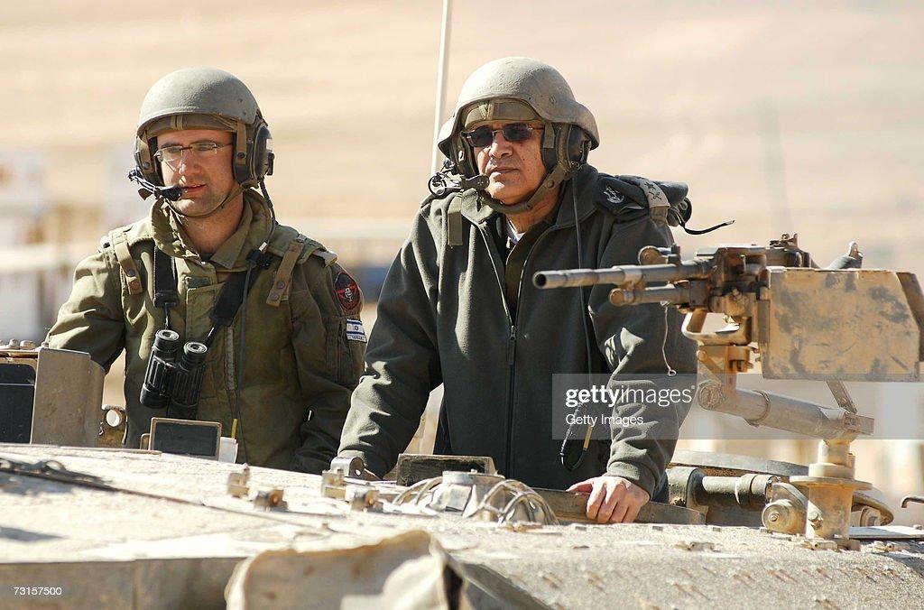 Outgoing IDF Chief Dan Halutz : Nachrichtenfoto