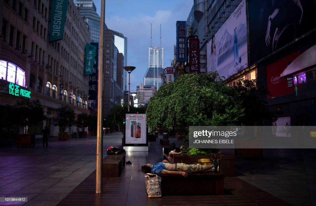 TOPSHOT-CHINA-LIFESTYLE-SUMMER-HEATWAVE-SHANGHAI : News Photo