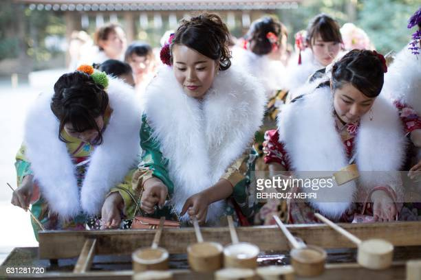 TOPSHOT In this photo taken on January 6 twentyyearold Japanese female tour guides dressed in traditional kimonos wash their hands during a...