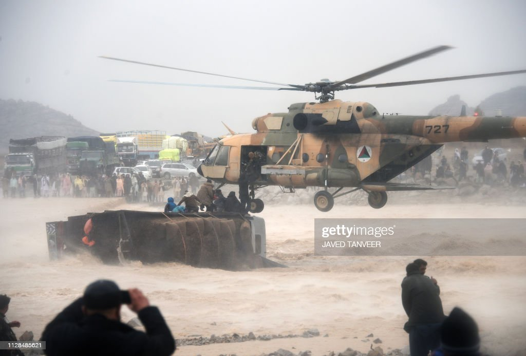 TOPSHOT-AFGHANISTAN-FLOOD : News Photo