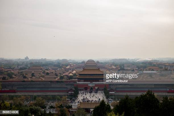 In this photo taken on October 31 a general view of The Forbidden City is seen during heavy smog in Beijing. / AFP PHOTO / FRED DUFOUR