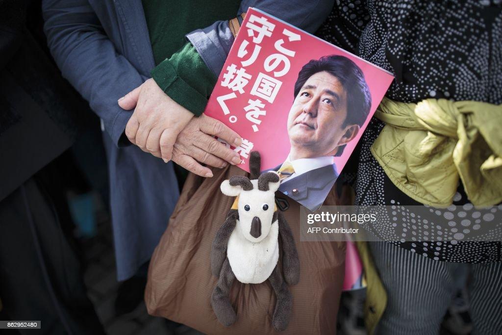 TOPSHOT-JAPAN-VOTE-ABE : News Photo