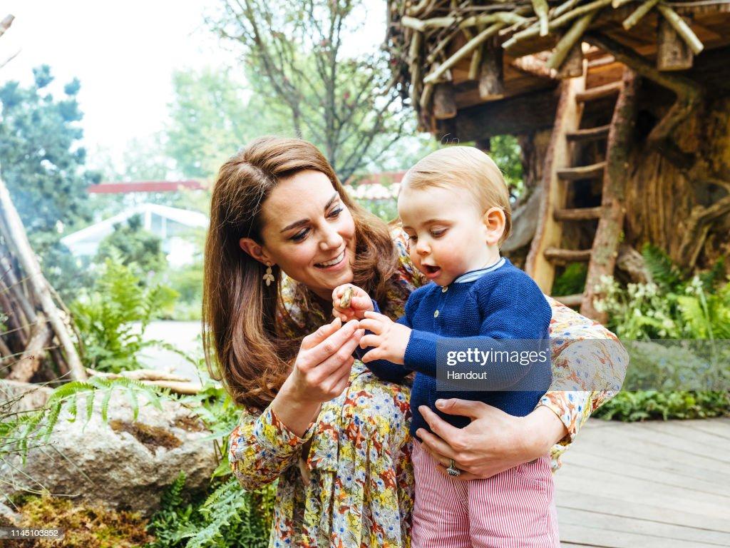 Duchess of Cambridge Visits RHS Chelsea Flower Show garden : ニュース写真