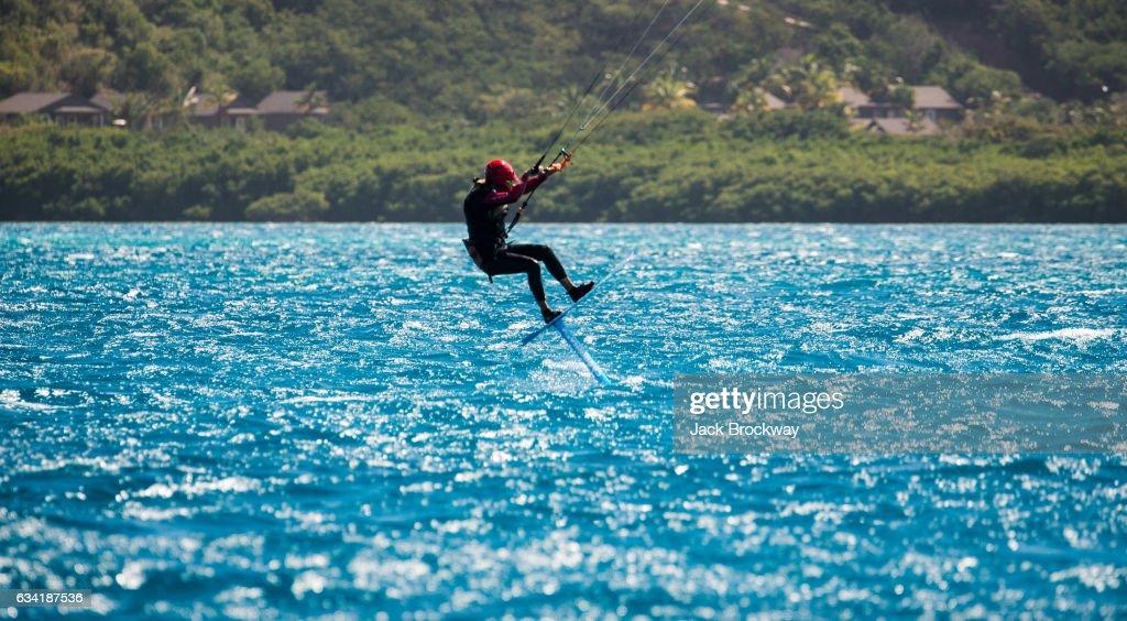 Former President Barack Obama Goes Kitesurfing In The Caribbean : Fotografía de noticias