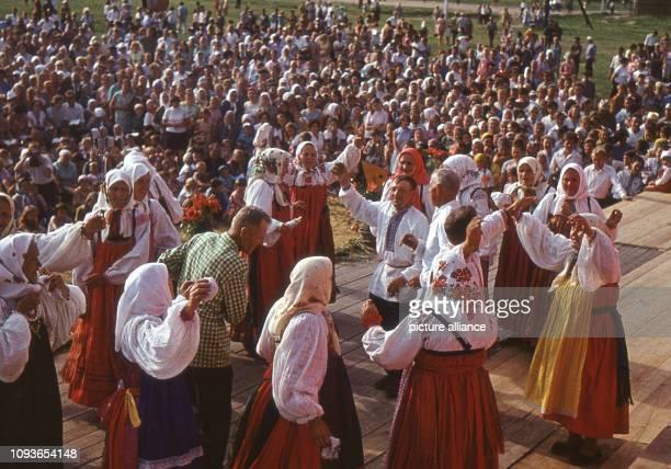 In traditionelle russische Trachten gekleidet führen zur älteren Generation gehörende Dorfbewohner während eines Wochenend-Festivals in dem Dorf...