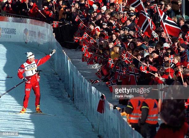 WM in Trondheim NOR 15 km Jagdrennen Herren 25297 Bjoern DAEHLIE winkt den norwegischen Fans zu nachdem er die 8 Goldmedaille im laufenden Wettbewerb...