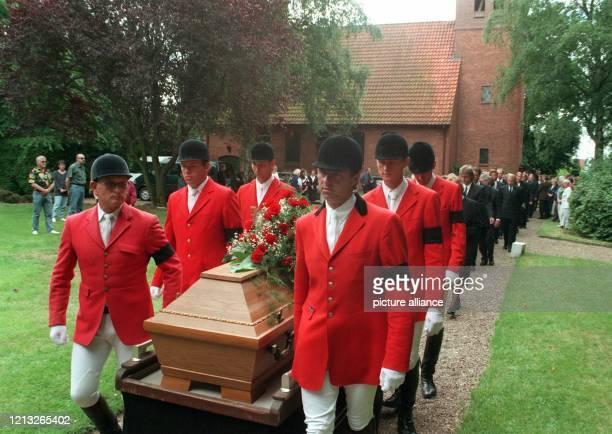 In Turnierkleidung mit schwarzer Armbinde tragen Kollegen des früheren SpringreitWeltmeisters Gerd Wiltfang am 971997 in Bookholzberg bei Delmenhorst...