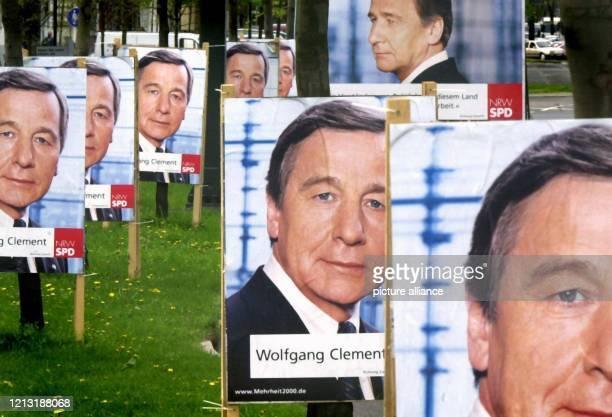 In vielfacher Ausfertigung steht das Porträt von SPD-Ministerpräsident Wolfgang Clement vor der Wahlkampfzentrale in Düsseldorf . Am 14. Mai...