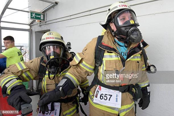 In voller Schutzkleidung erreichen Feuerwehrfrauen das Dach des Hotels Park Inn anlässlich des 5 Firefighter Stairrun im Hotel Park Inn in Berlin