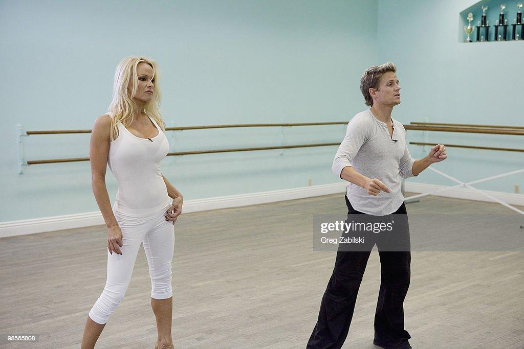 "ABC's ""Dancing With the Stars"" - Season Ten - Rehearsals April 12 Show : Nachrichtenfoto"