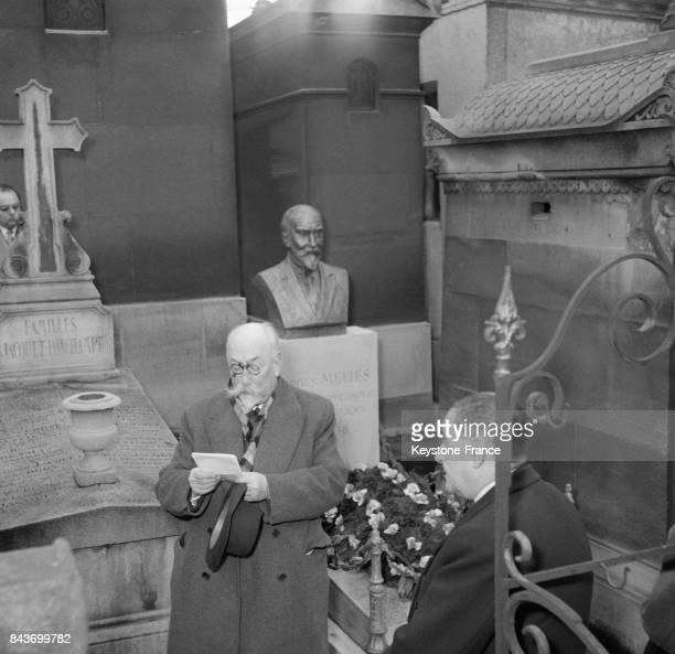 Inauguration du buste de Georges Méliès au cimetière du Père Lachaise en présence du ministre du Commerce et de l'Industrie Monsieur Henri Ulver à...